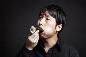 お腹いっぱい食べる男性
