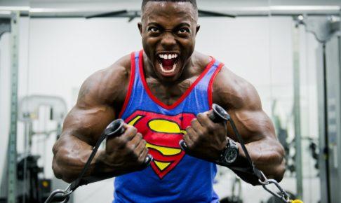筋肉ムキムキの男性