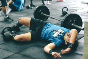 運動で疲れた男性