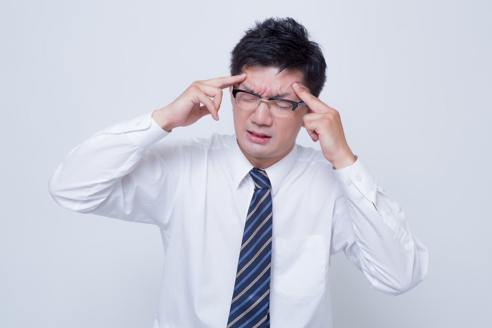 頭痛に悩む男性