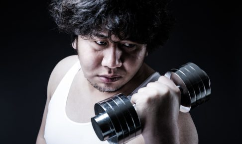 トレーニングをする太めの男性