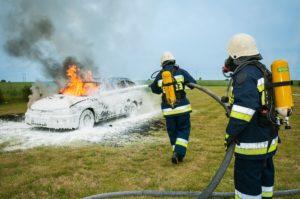 火消しをする消防士