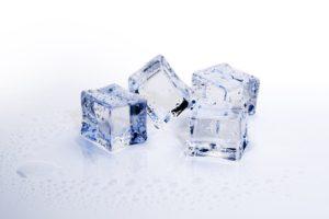少し溶けた氷
