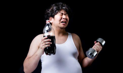 コーラの重さ分のダンベルでトレーニングをする男性