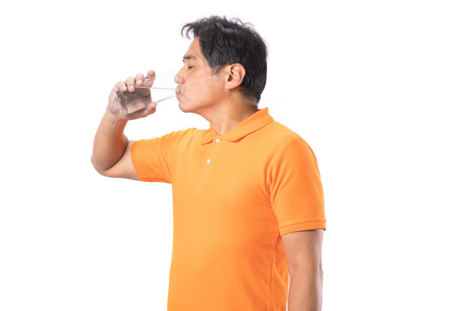 水分補給をする男性