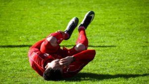 スポーツ中に足を痛めた男性