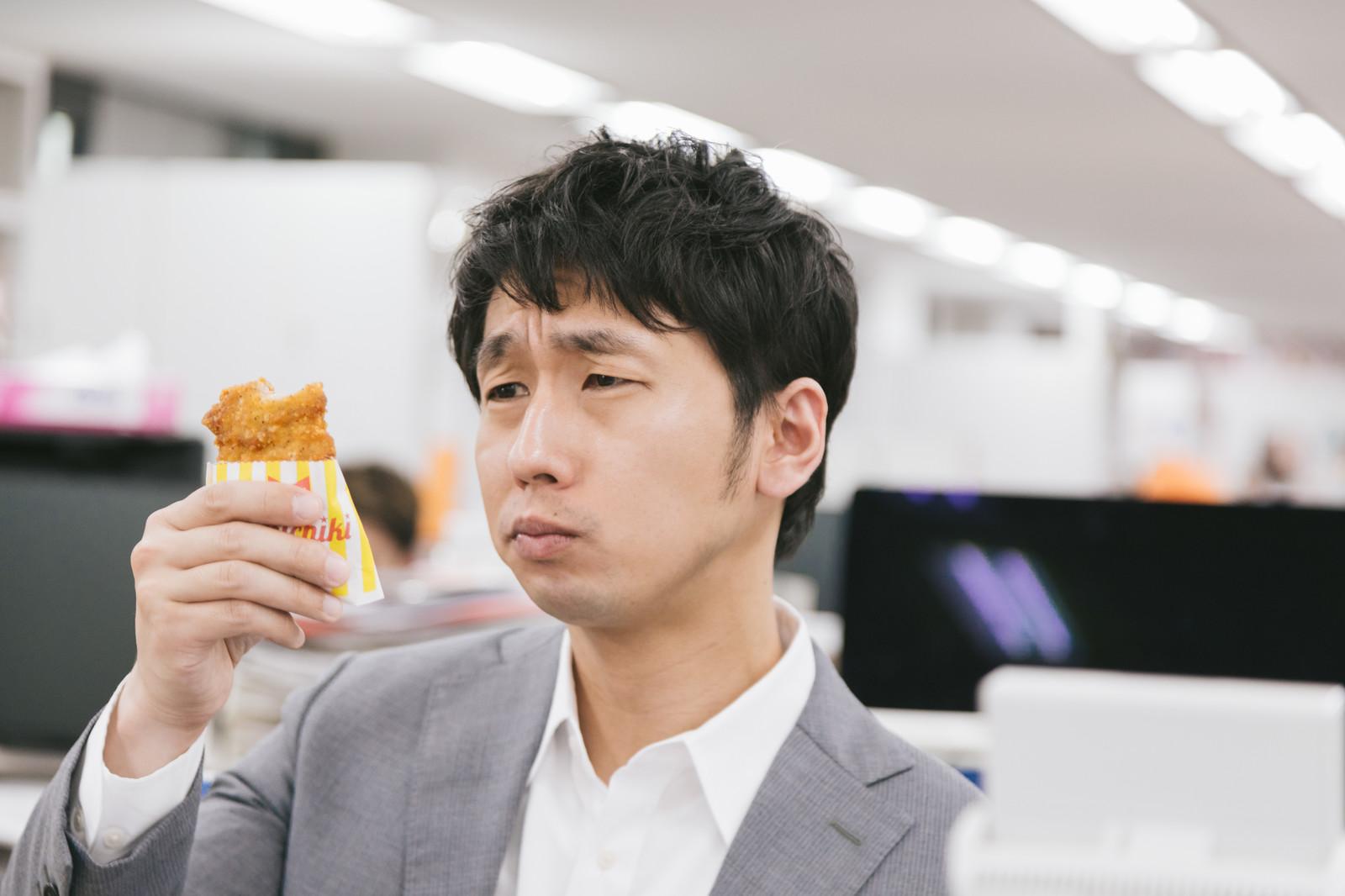 朝食のフライドチキンを食べるか悩む男性